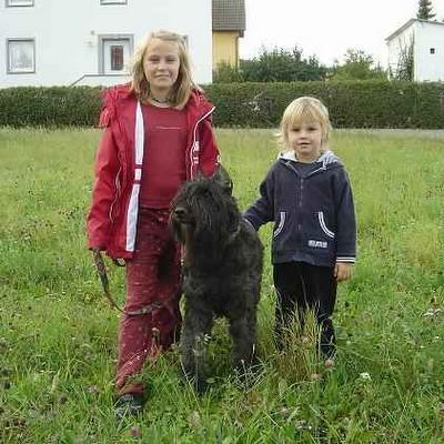 Lisa y Hannah con su perro