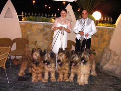 Perros Participantes en la Monográfica Española del Pastor de Brie con unos novios