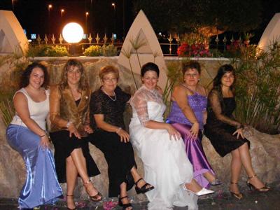 Conchi Valentí con familiares y la novia